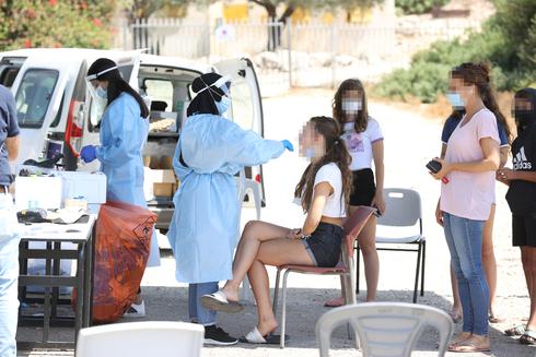 בדיקת קורונה בכניסה לבית הספר כרמים בבנימינה, אלעד גרשגורן