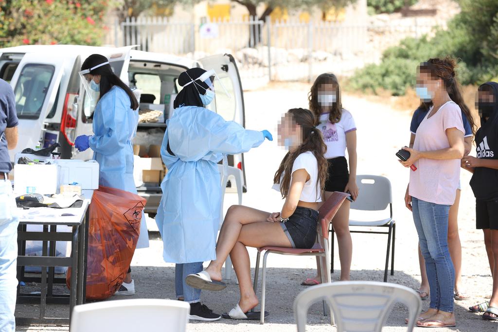 בדיקת קורונה בכניסה לבית הספר כרמים ב בנימינה שם היתה התפרצות קורונה