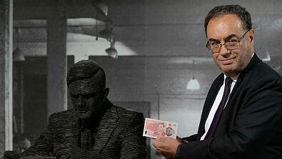 נגיד בנק אונגליה אנדרו ביילי עם השטר החדש של אלן טיורינג בפארק בלצ'לי