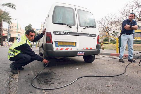 בדיקת זיהום אוויר בצד הדרך, צילום: עמית מגל