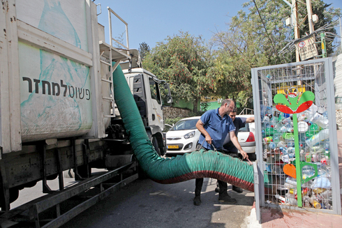 """משאית מיחזור מפנה """"כלוב"""" בקבוקים. צפוי להיעלם מהרחוב , צילום: אוראל כהן"""
