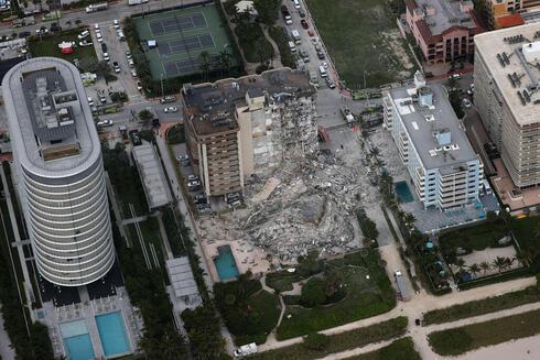 מבט מהאוויר על הריסות המגדל בפלורידה, AFP