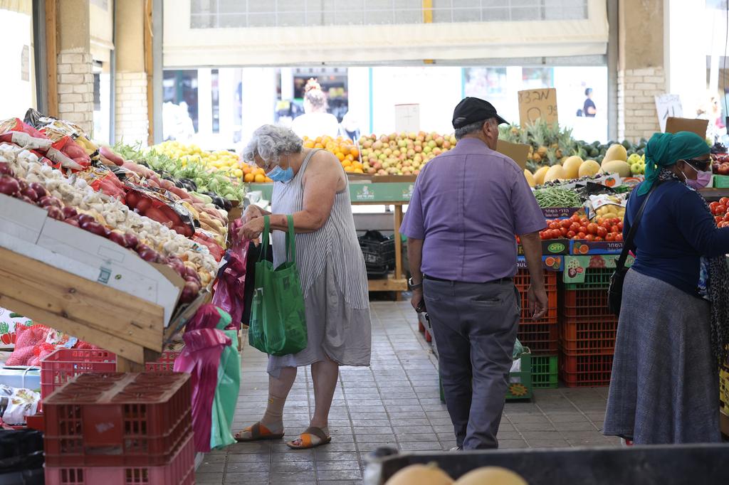 אנשים קונים פירות ו ירקות ב סופר