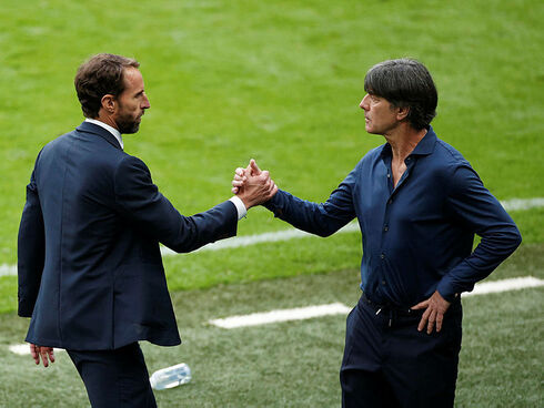 מימין: מאמן גרמניה יואכים לב ומאמן אנגליה גארת