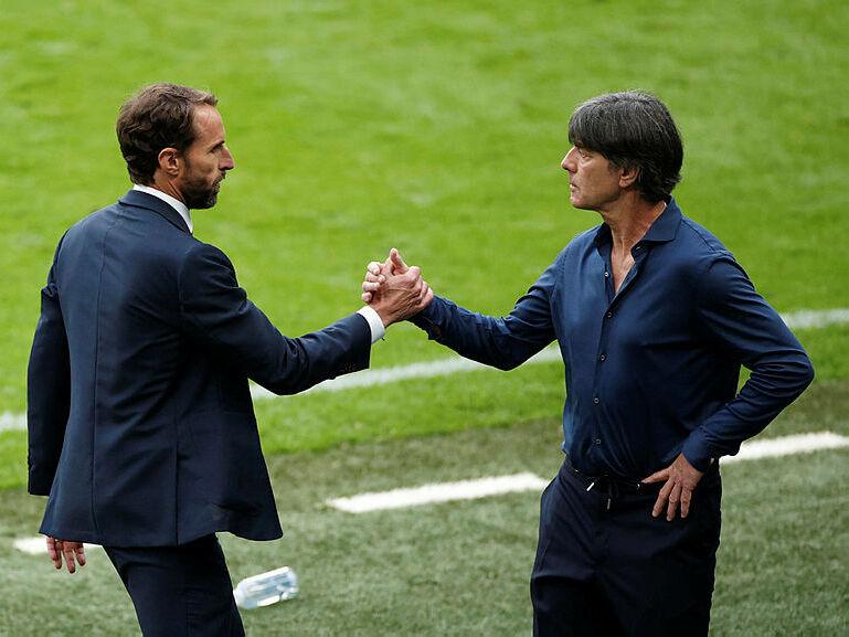 מימין מאמן גרמניה יואכים לב ומאמן אנגליה גארת סאותגייט חדש