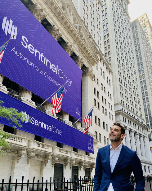 """תומר וינגרטן, ממייסדי סנטינל וואן לפני פתיחת המסחר בנאסד""""ק אתמול, צילום: SentinelOne"""