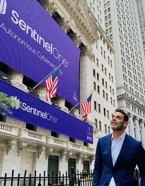 """תומר וינגרטן מנכ""""ל סנטינל וואן בבורסת ניו יורק לקראת פתיחת המסחר , צילום: SentinelOne"""