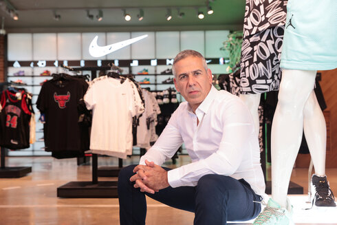 """דובי שנידמן, מנכ""""ל ריטיילורס, בחנות פוטלוקר, צילום: אוראל כהן"""