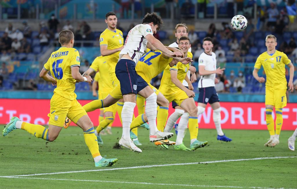 שחקן אנגליה הארי מגווייר מבקיע את השער השני של נבחרתו מול אוקראינה ברבע גמר יורו 2020
