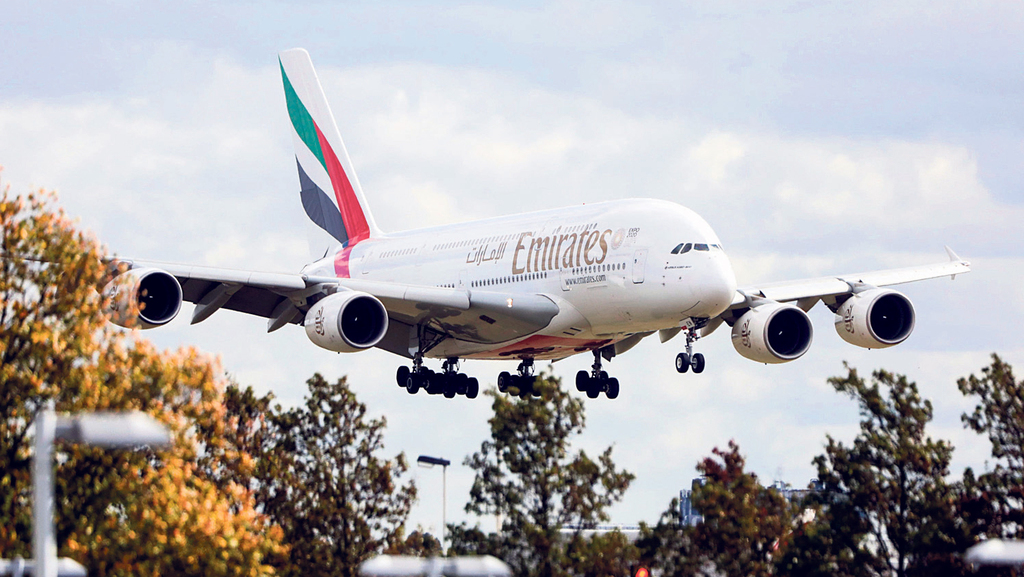 אמירייטס מובילה את מרד ענף התעופה נגד חברות האשראי