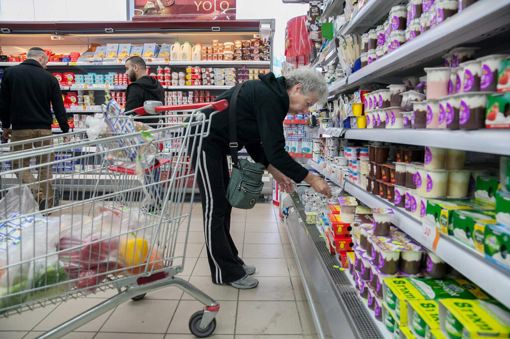 קניות מדפים מזון צרכנות סופר גבינות ירקות אוכל סופרמרקט