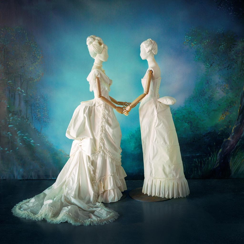 דגמים שיצר מעצב האופנה מוני מדניק ל תערוכה פנאי