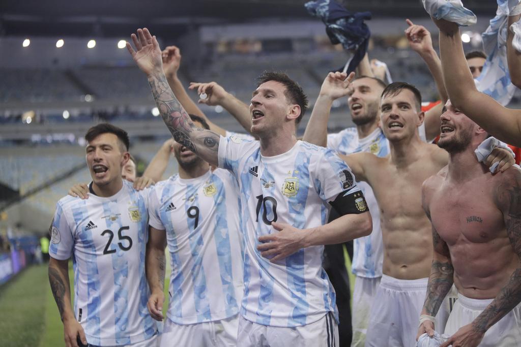 ליאו מסי עם חבריו ל נבחרת ארגנטינה שרים שמחים אחרי הזכייה ב קופה אמריקה ניצחו את ברזיל