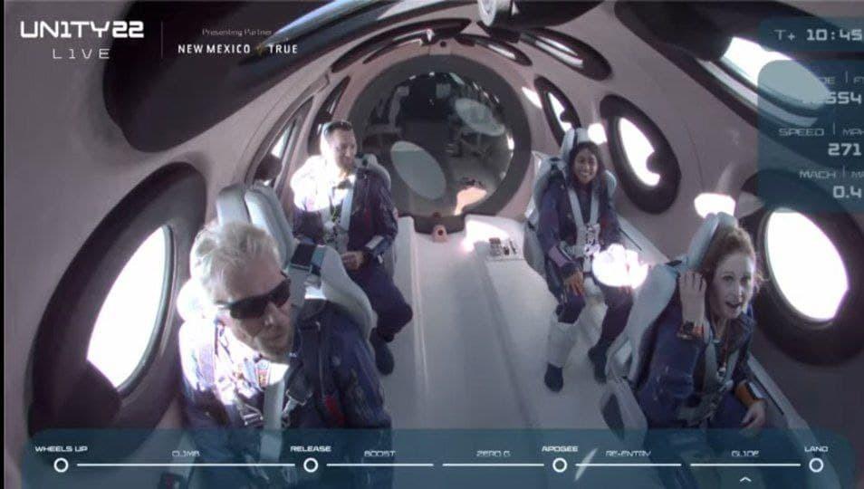 ברנסון והצוות בתוך רכב החלל של וירג'ין גלקטיק