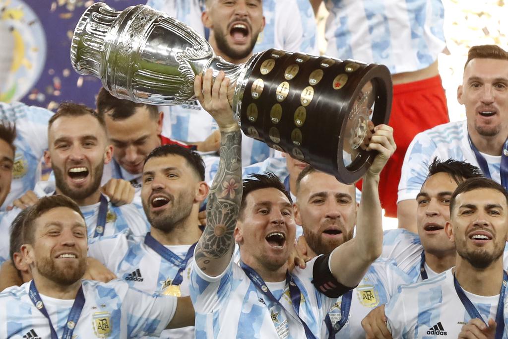 ליאו מסי מניף את קופה אמריקה ארגנטינה זכתה אחרי הניצחון על ברזיל