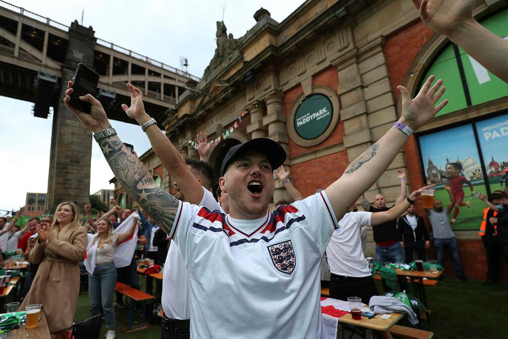 אוהדי אנגליה לאחר הבקעת השער