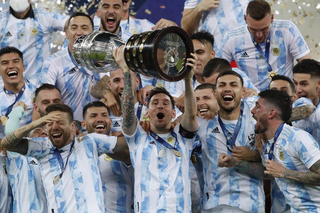 ליאו מסי מניף את קופה אמריקה ארגנטינה ניצחה את ברזיל
