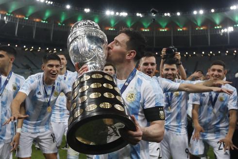 מסי מנשק את הגביע. 28 שנה ארגנטינה לא זכתה בתואר - עד הלילה, איי פי