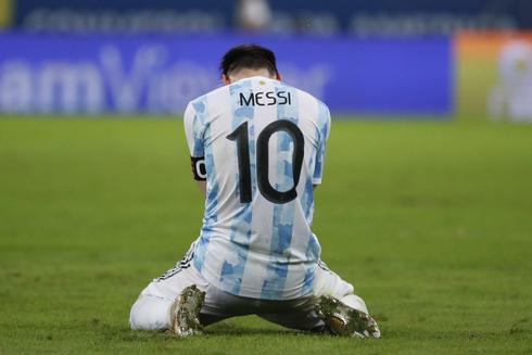 ליאו מסי על כר הדשא מיד עם שריקת הסיום, אחרי שארגנטינה ניצחה את ברזיל בגמר הקופה אמריקה, איי פי