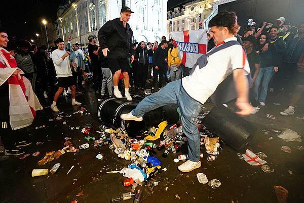 אוהדים בריטים בכיכר פיקדילי בלונדון אחרי ההפסד ביורו לאיטליה