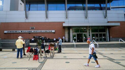 """תקשורת מחוץ לבית המשפט בדלוור, ארה""""ב בזמן העדות של מאסק, MATT ROURKE/ASSOCIATED PRESS"""