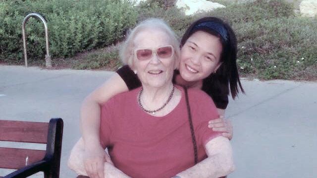 פרופ׳ רות שילה ז״ל עם המטפלת ה פלילפינית שלה אנאבל נאסיו