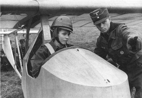 ילד גרמני בתוך דאון, לצידו מדריך נוער, צילום: Bundesarchiv Bild