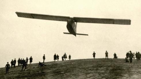 דאון גרמני ממריא ב-1923. הדאונים שוגרו בעיקר עם כבלים נגררים ומעוטי קפיץ; לא היו הרבה מטוסי גרירה זמינים , צילום: Wikimedia