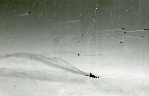 מפציצים מיורטים בידי מטוסי קרב גרמנים, צילום: USAF
