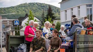 שטפונות חיילים מפנים קשישים שיטפונות ב גרמניה  ב גרמניה