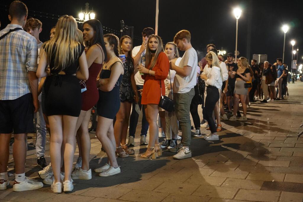 תור למועדון בברייטון אנגליה בעקבות הסרת מגבלות ה קורונה