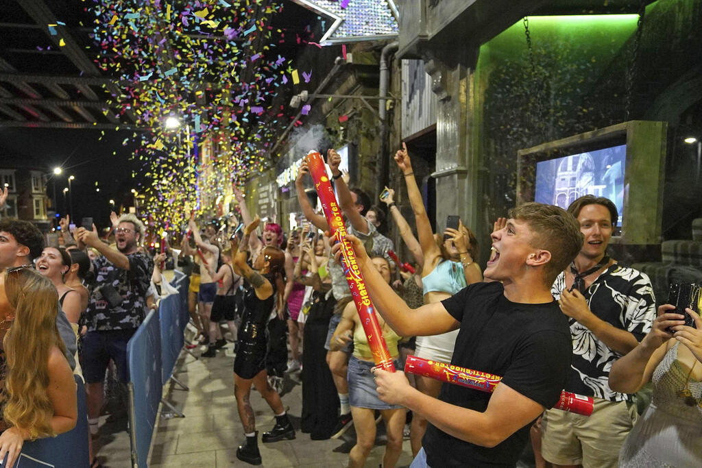 חגיגות במועדון לילה בלידס אנגליה בעקבות הסרת מגבלות ה קורונה