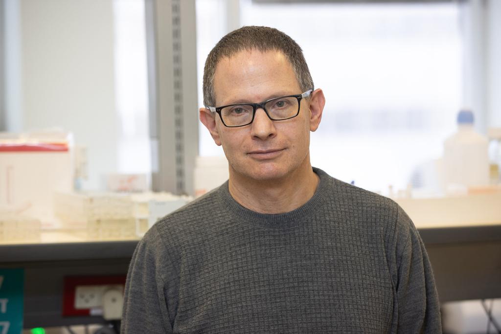 עמוס אדלר מנהל ה מעבדה ה מיקרוביולוגית ב בית ה חולים איכילוב ב תל אביב
