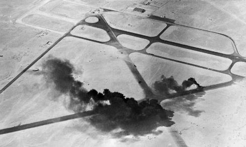 בסיס אווירי מצרי בוער, לאחר הפצצתו בידי כוחות בריטיים במלחמת סיני, צילום: Wikimedia