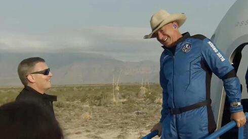 """ג'ף בזוס שב מהמסע בחלל - """"זה היה מדהים"""""""