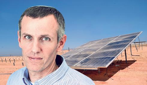 """מנהל רמ""""י ינקי קוינט על רקע שדה סולארי בכפר תראבין אל סאנע בדרום, צילום: חיים הורנשטיין, Sasson Tiram Photography"""