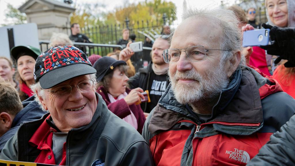 מוסף שבועי 22.7.21 מימין ג'רי גרינפילד ו בן כהן הבעלים של בן אנד ג'ריס בהפגנה מול הבית הלבן למען התמודדות עם משבר האקלים