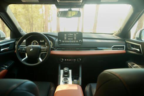 מיצובישי אאוטלנדר Luxury TTH מבט מבפנים, צילום: עמית שעל
