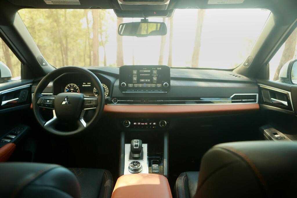 מיצובישי אאוטלנדר Luxury TTH מבט מבפנים