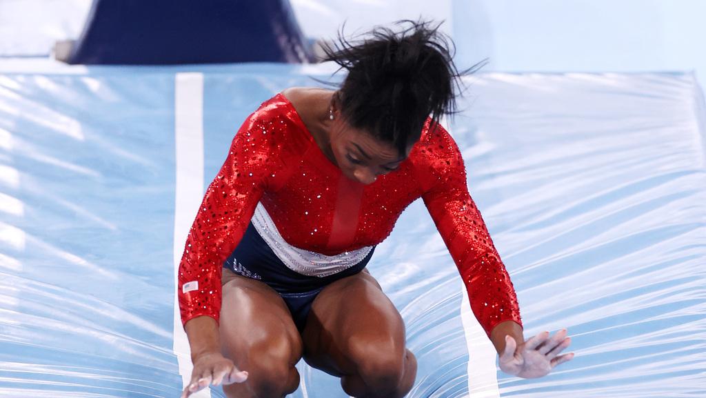 דרמה באולימפיאדה: סימון ביילס פרשה במפתיע מהתחרות