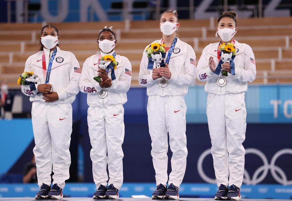 """סימון ביילס ובנות נבחרת ההתעמלות של ארה""""ב מקבלות את מדליית הכסף ב טוקיו 2020"""