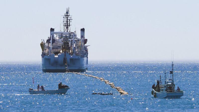 אניה של גוגל מניחה כבל תת ימי