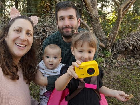 עמית תלם עם משפחתו, תמונה פרטית