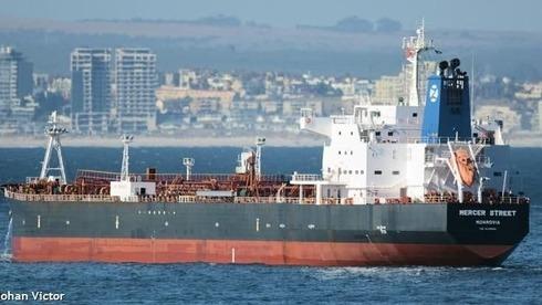"""ספינה שמפעילה חברה בבעלות ישראלית הותקפה סמוך לעומאן; """"שני אנשי צוות נהרגו"""""""