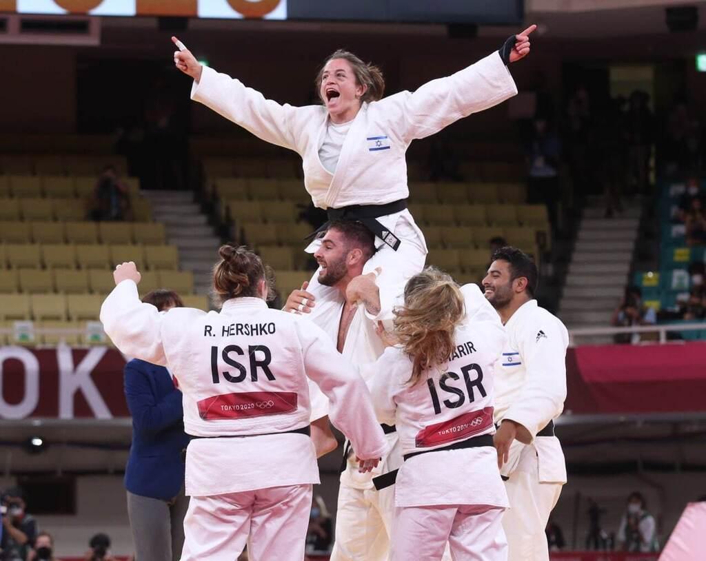 נבחרת ה ג'ודו של ישראל חוגגת לאחר שזכתה במדליית הארד ב אולימפיאדה טוקיו 2020 תמנע נלסון לוי על הכתפיים של פיטר פלצ'יק