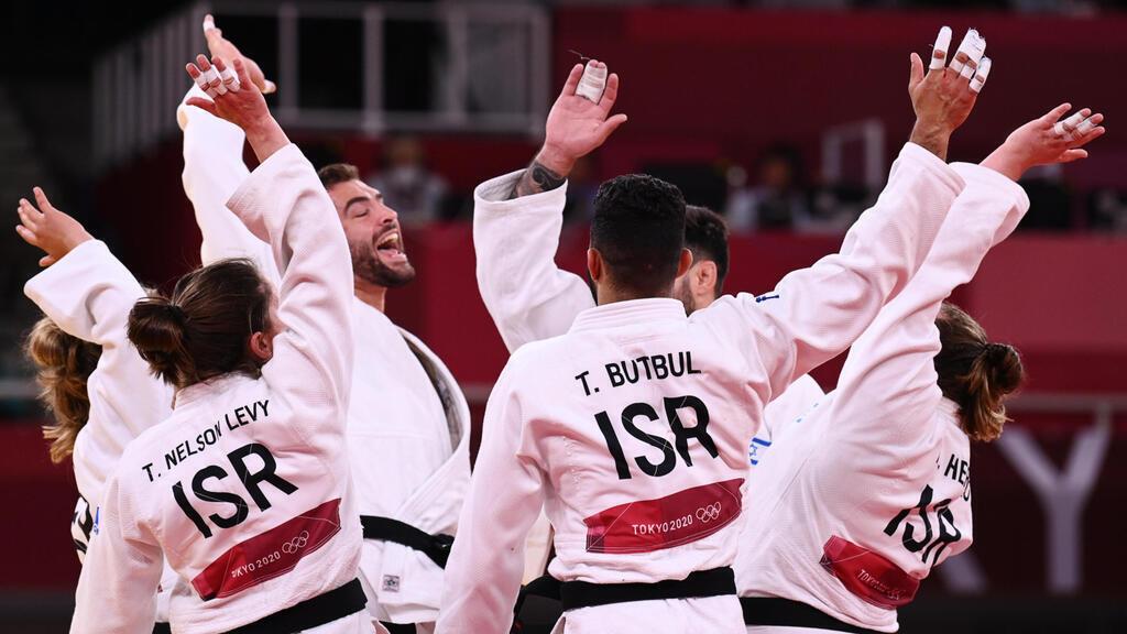 נבחרת ה ג'ודו של ישראל חוגגת לאחר שזכתה במדליית הארד ב אולימפיאדה טוקיו 2020