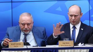 מימין ראש הממשלה נפתלי בנט ושר האוצר אביגדור ליברמן