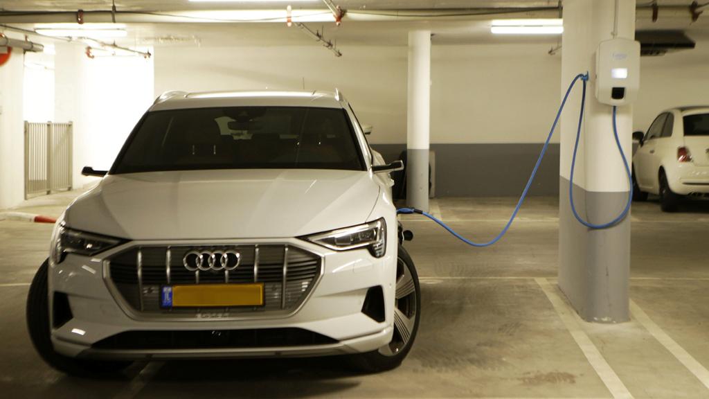 עמדת טעינה ל רכב חשמלי רכב חשמלי אאודי חניון בנין משותף חדש