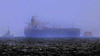 """ספינות גוררות את הספינה """"מרסר סטריט"""" בדרך לפוג'יירה, איחוד האמירויות, צילום: AFP"""