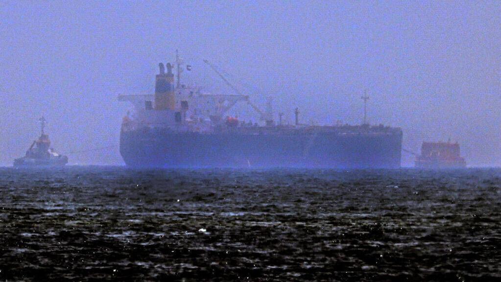 """ספינות גוררות את הספינה """"מרסר סטריט"""" בדרך לפוג'יירה, איחוד האמירויות"""